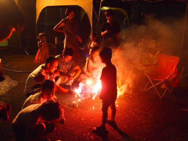 大人も一緒になって花火を楽しむ